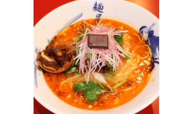 酸辣湯麺(サンラータンメン)をベースにした、すっぱ辛いスープとチョコのコラボラーメン!「麺屋武蔵」の「酸辣(サンラー)ガーナ」(850円)