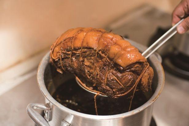 新鮮な千葉産豚を厳選、「たまさ醤油」のタレに漬けて味を染み込ませたチャーシュー