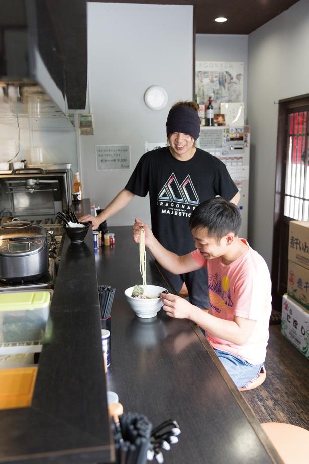 師匠である「麺処 晴」の大城さん(手前)が煮干しベースの兄弟麺をチェック