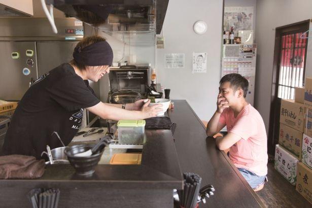 「大川くんはチャラい(笑)。でも腕は確か」と「麺処 晴」の店主・大城さん