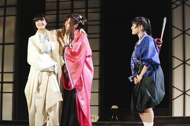 吉田綾乃クリスティー(左)は病弱な雅(みや)を、梅澤美波(中央)は大人な思考を持つ朱雀(すざく)を、向井葉月(右)は男勝りな多岐都(たぎつ)を演じる