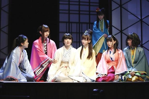病と戦いながら自分たちの進むべき道を説く雅(左から3人目/吉田綾乃クリスティー)を姫たちが見守る