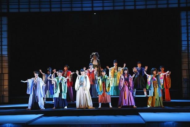 劇中では各場面に合わせた歌&ダンスパフォーマンスも披露