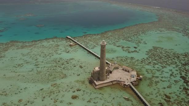 【写真を見る】世界最北端にある紅海上に浮かぶ環礁、サンガネブ海洋国立公園