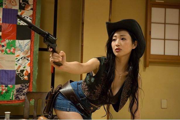 ドラマ「フリンジマン」でセクシーなカウガールに扮(ふん)する壇蜜