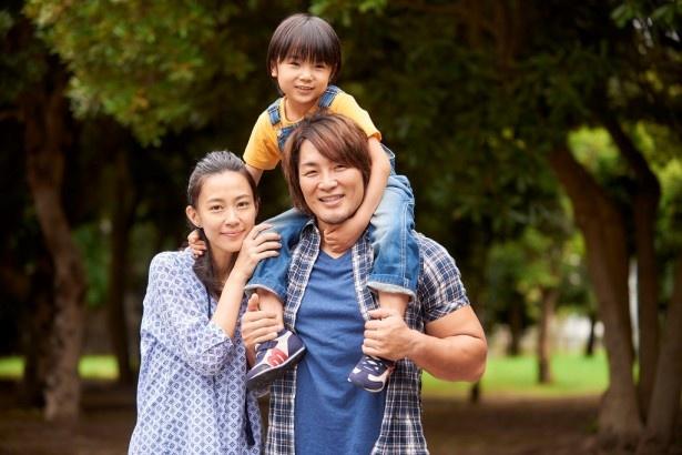 映画「パパはわるものチャンピオン」に出演する棚橋選手、木村佳乃、寺田心
