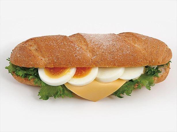 【写真を見る】パンに食材を入れたサンドイッチ、カスクートがミニストップに登場。写真は「カスクート チーズエッグ」(298円)