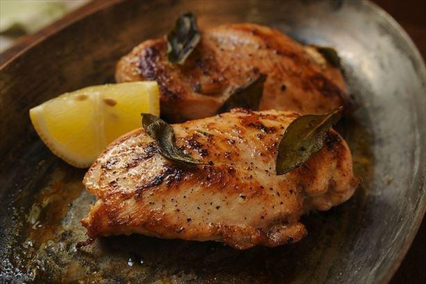 【写真を見る】「大山鶏のむね肉のヘルシーチキンステーキ」と「ブラックアンガス牛のビーフステーキ」、ヘルシーな2種類のお肉が食べ放題!
