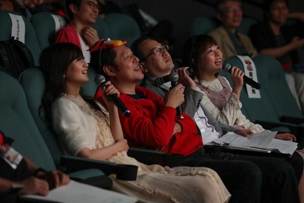 【写真を見る】応援上映をファンと共に楽しむ本多真梨子、五十嵐浩司、ひのき一志、七瀬彩夏(写真右から)