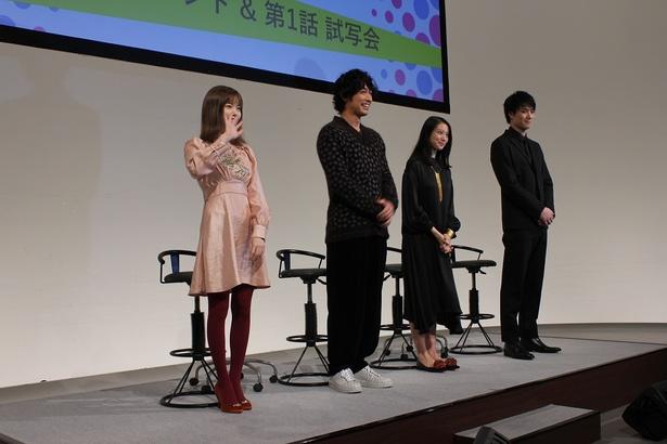熱気ムンムンのステージに登壇した出演者4人。島崎はファンに手を振る