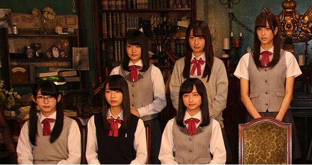 【写真を見る】よく見るとそれぞれ制服が異なるメンバーたち