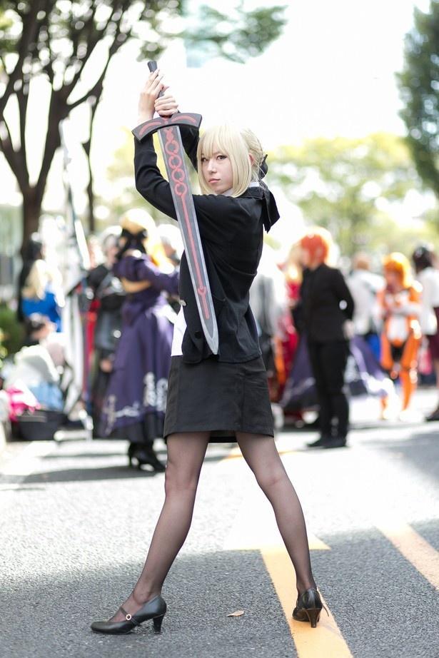 「Fate/Grand Order」のセイバーオルタに扮する紗龍さん