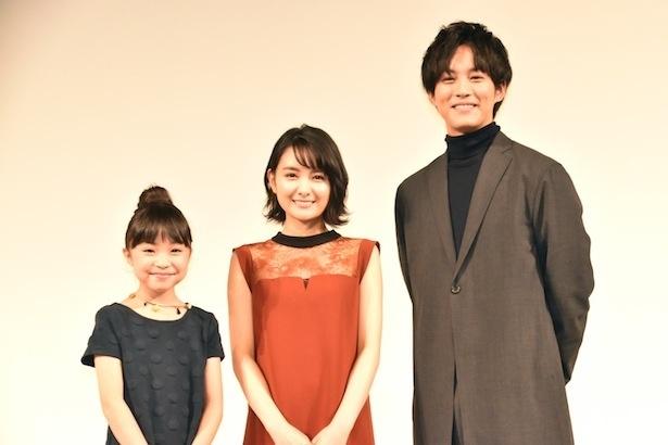 完成披露試写会に出席した新井美羽、葵わかな、松坂桃李(左から)