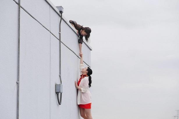 【写真を見る】ドラマ「女子力」のワンシーン。加藤演じる主人公がビルの屋上で一大事に!?