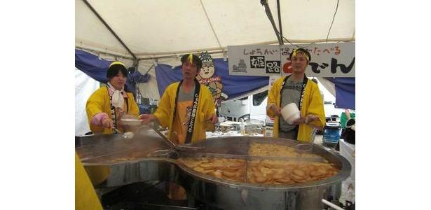 巨大な特製鍋で作られる姫路おでん