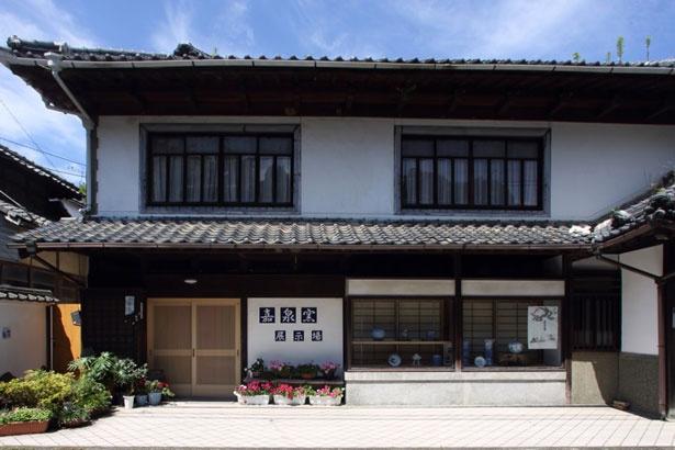 1603年に創業した嘉泉窯。精巧な手描きや細工物、繊細優美と表現される三川内焼の原点を伝える