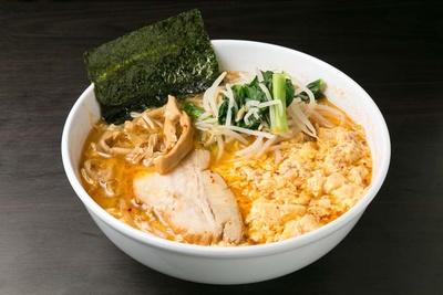 「らーめん だるま」の「鶏と豚の玉子とじ塩らーめん」(750円/1辛)