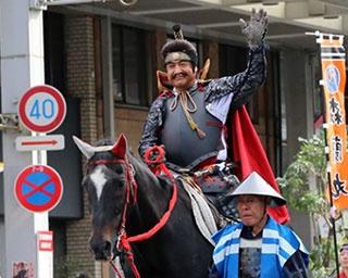 甲冑を身にまとい、岐阜市中心地を練り歩く藤岡の貫禄ある姿に観客も熱狂