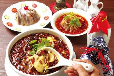 旬鮮魚の麻辣香スタイル(手前左)