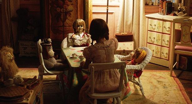 笑顔と素直に思えない表情で、女の子を見つめる人形。先行映像ではこの直後、彼女に起きる異変が確認できる