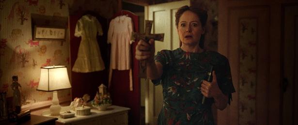 【写真を見る】娘の惨状に形容しがたい表情で怯えるアナベルの母エスター(ミランダ・オットー)。彼女が見つめる驚愕の光景は先行映像で確認を!