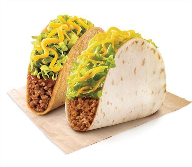 【写真を見る】「Taco Bell(タコベル)」の看板メニューの「タコス」。メキシコ料理を手軽に味わえる。