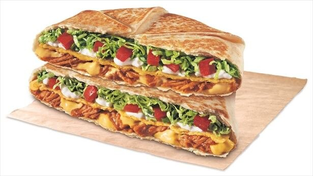 ビーフやサラダなど様々なものをトルティーヤで6角形に包み、香ばしくグリルした「クランチラップスプリーム」