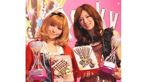 バレンタインクイーン2010に選ばれた北川景子さん(右)と益若つばささん(左)。2人が登場すると、会場に集まった100人の女子高生から大声援があがった
