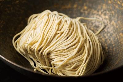 製麺所にレシピ発注する麺は、希少な小麦を使って、つねに細かくオーダーし進化し続ける/らぁめん矢 ロックンビリーS1