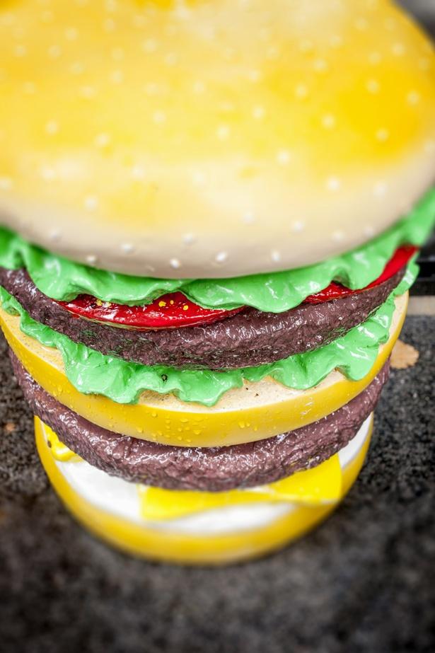 ハンバーガーのディスプレイが店の目印。入口だけでなく、店内にも数か所レイアウトしている