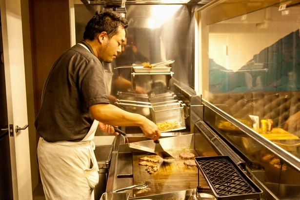 専用の調理器具を使って食材を焼く。火の通り具合には、細心の注意を払っている