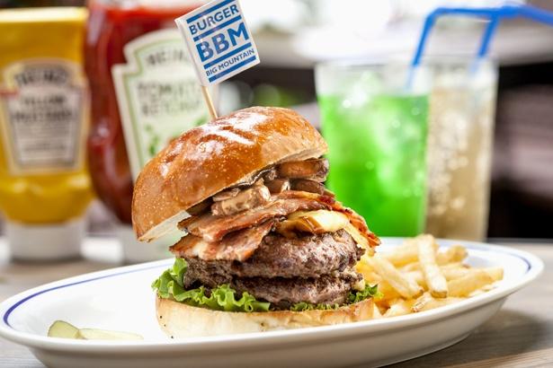 BBMバーガー(1680円 )。定番かつ人気のメニュー。すべてのハンバーガーには、ポテトとピクルスが付く。キュートな小旗を上から刺すと完成!