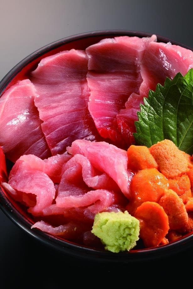 「仲家」のとろ うに 中おち丼2200円。上物のウニは、食べれば納得のおいしさ