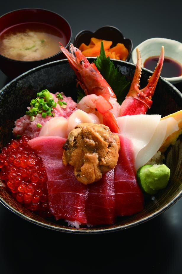 「築地・海鮮丼 大江戸」のうに盛り7点上丼3650円。迫力のネタがてんこ盛り