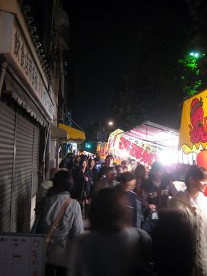 長國寺に続く国際通りには約560店の露天が並ぶ