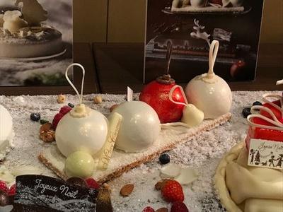 「ブール・ド・ノエル」はスフレチーズケーキとベリーのムース