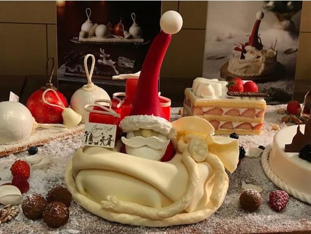 【写真を見る】フォトジェニック!プレゼントを抱えたサンタクロースのケーキ「クリスマスギフト」(8640円)
