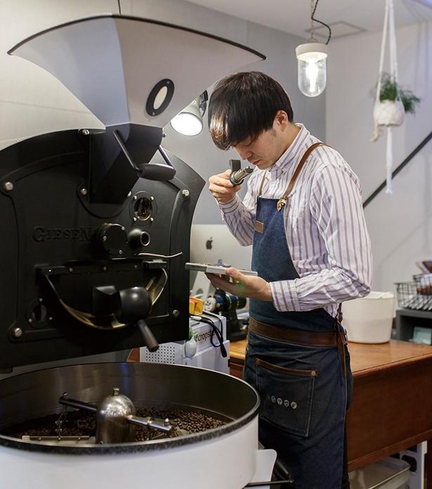 「COFFEEMAN Roasting&Planning Café」店主の江口さん。2014年のコーヒー競技大会「焙煎部門」で日本一になった実力者だ