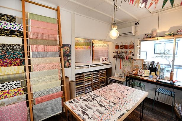 「REGARO PAPIRO」は「MARBLE CHOCO」がある建物の2階で営業。店内には色彩豊かな包装紙が豊富にそろう