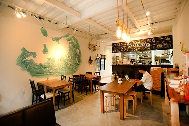 「SEN&CO.HOSTEL」1階のカフェスペース。壁には大きな福岡近郊のイラストMAPが描かれている