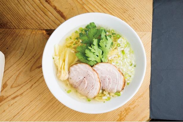 本丸塩らー麺 850円。透明感が抜群の塩スープはあっさりながらもコク深い