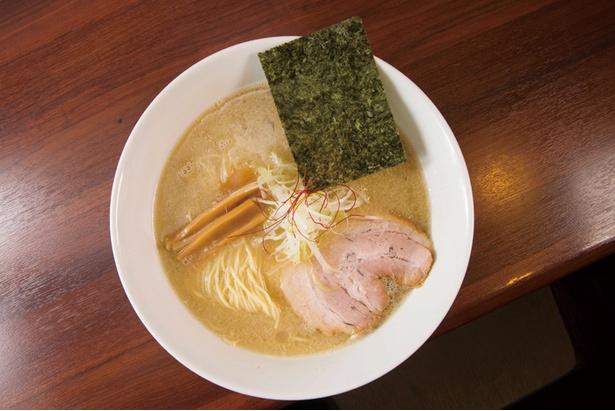 塩とんこつらーめん 680円。スープはこってり濃厚だが、あと味はあっさり