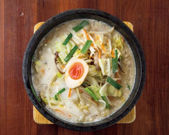 石焼野菜 とんこつらーめん(ライス・デザート付き) 950円。スープを注ぐと湯気が立ち上る