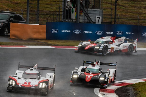 セーフティーカーが解除されると「TOYOTA GAZOO Racing」の2台が「ポルシェ」にアタック開始