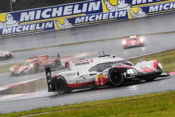レース序盤、トップを走る「ポルシェ」2号車