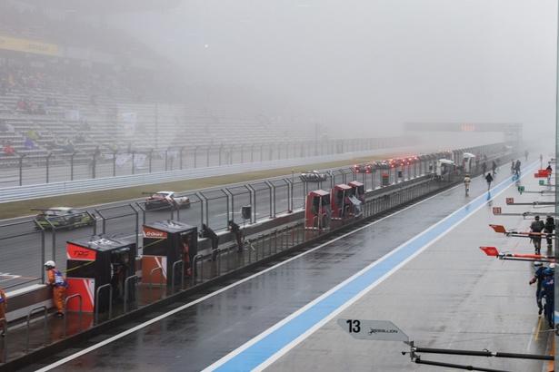 濃霧のため、レースは赤旗中断