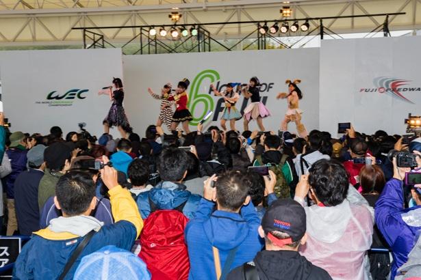 ステージではAKB48 Team8がステージパフォーマンスを披露