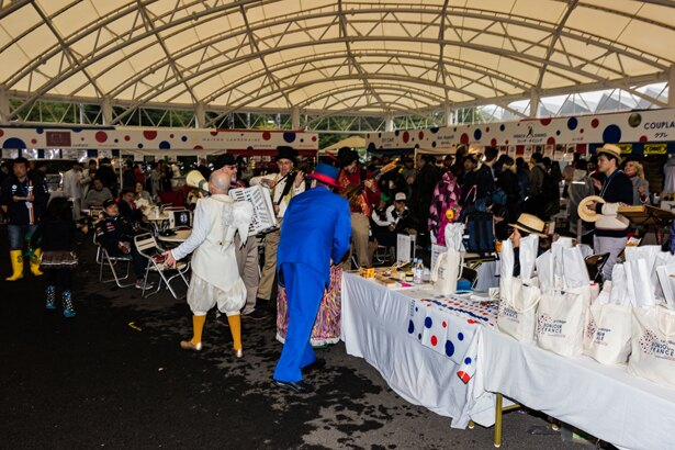 大型テントの中で、フランスに関係した催事も同時開催!