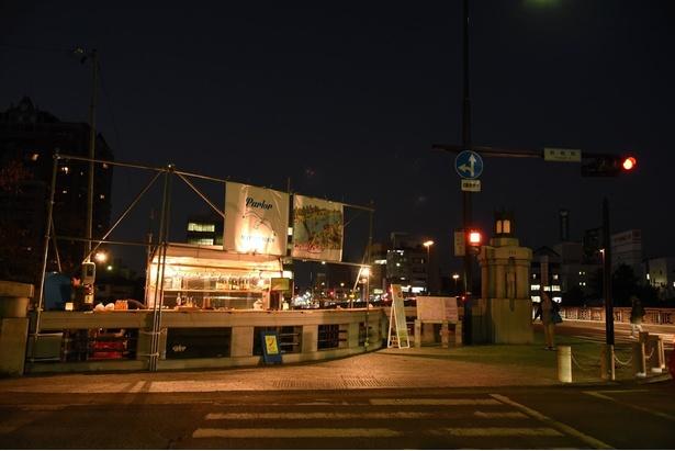 【写真を見る】ただの橋が、おしゃれなバーに変身!「なんだろう?」と通勤・通学の人々が足を止める