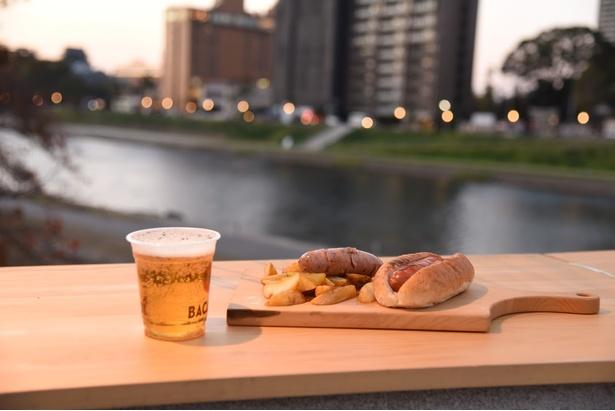 クラフトビール(左、800円)、ホットドッグ&ポテトセット(右手前、850円)、フランクフルト(右奥、350円)